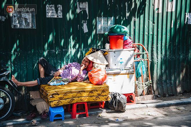 Nhọc nhằn bước chân mưu sinh của những người lao động nghèo dưới nắng nóng Hà Nội - Ảnh 10.