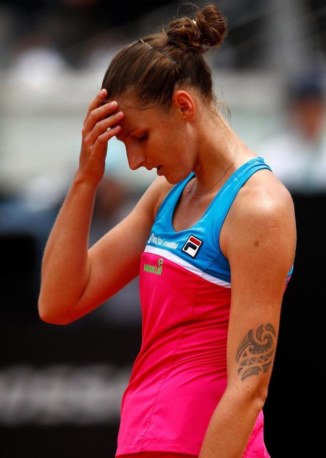 Tay vợt nữ xinh đẹp nổi đóa, đập rách ghế ngồi của trọng tài rồi chửi thề khán giả - Ảnh 2.