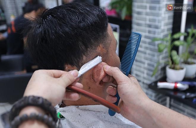 """Chủ tiệm cắt tóc miễn phí cho người nghèo, khuyết tật ở Hội An: """"Tôi chạy ra giải thích và mời thì họ mới dám vào, thấy thương lắm!"""" - Ảnh 11."""