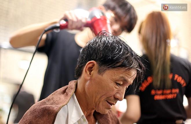 """Chủ tiệm cắt tóc miễn phí cho người nghèo, khuyết tật ở Hội An: """"Tôi chạy ra giải thích và mời thì họ mới dám vào, thấy thương lắm!"""" - Ảnh 12."""