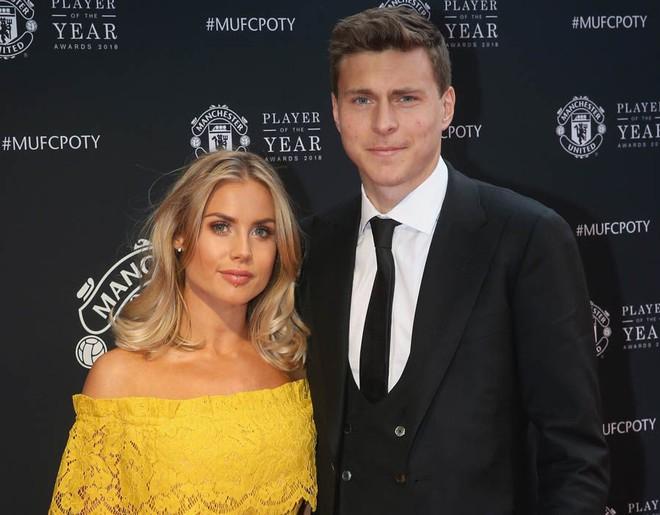 Siêu đội hình kết hợp vợ, bạn gái cầu thủ Chelsea - Man Utd - Ảnh 5.