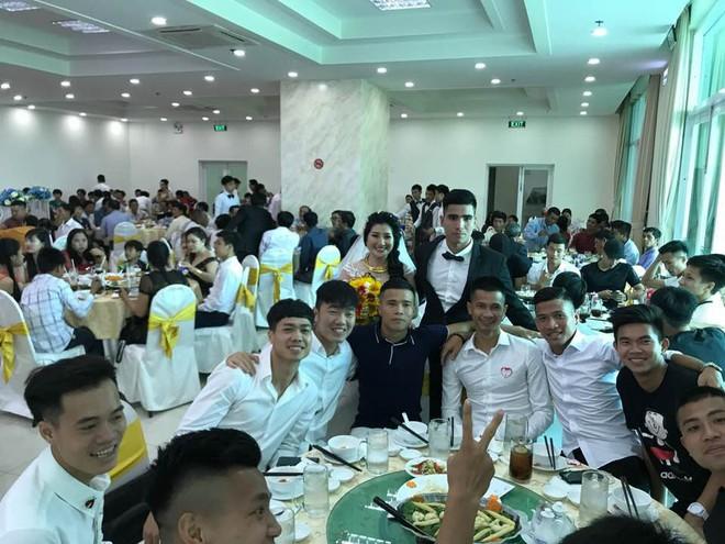 Công Phượng, Xuân Trường diện sơ mi trắng, đến dự lễ cưới cầu thủ HAGL - Ảnh 3.