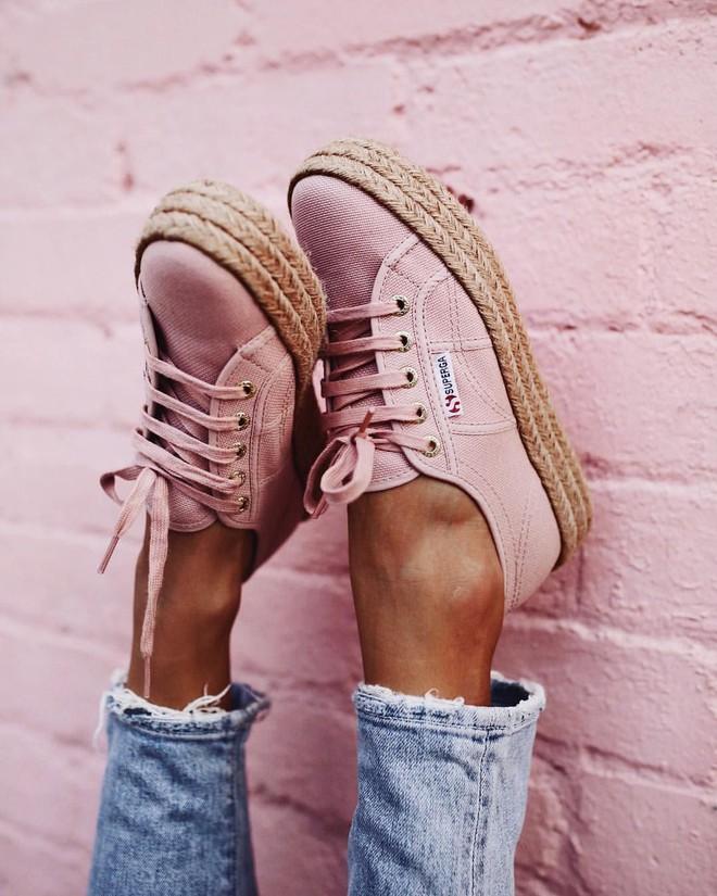Sneaker đế cói: đôi giày xinh xắn hoàn hảo cho mùa hè vì bạn có thể kết hợp với mọi set đồ - Ảnh 1.