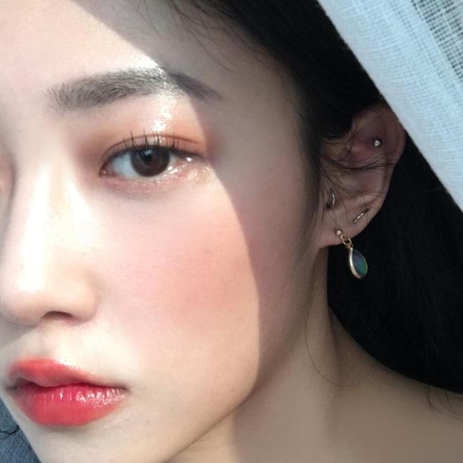 """Con gái châu Á ai cũng đang đánh son kiểu """"viền môi mờ ảo"""", bạn đã biết cách áp dụng hot trend này chưa? - Ảnh 1."""