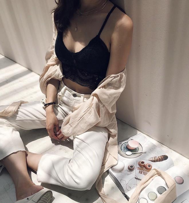 """Ngày nóng """"chảy mỡ"""", các nàng cứ mặc áo 2 dây theo 5 công thức này là mát và xinh hết nấc - Ảnh 1."""