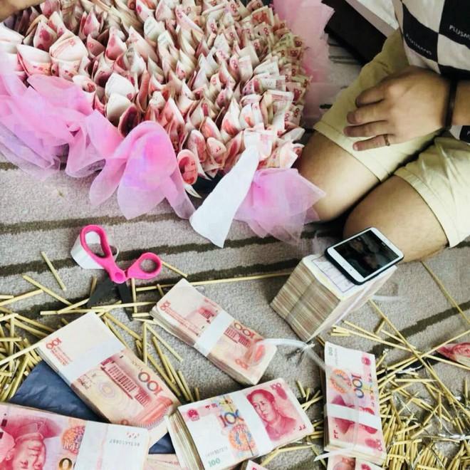 Trung Quốc: Nam thanh niên chơi trội tặng bạn gái bó hoa hơn 1 tỷ đồng làm từ 334 nghìn tờ tiền thật - Ảnh 2.