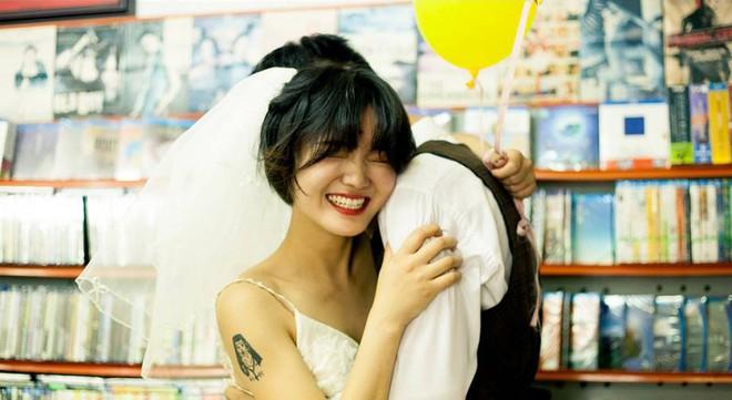 Bộ ảnh cưới mùa hè của cô dâu tóc ngắn đi giày thể thao giúp bạn định nghĩa lại về cái đẹp - Ảnh 1.
