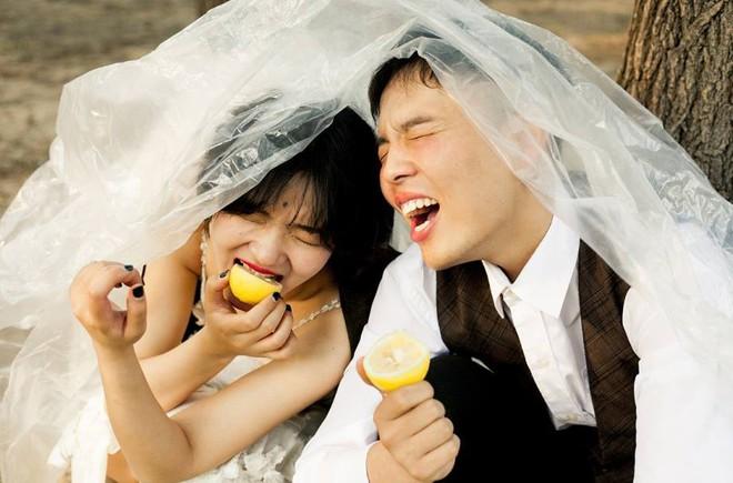 Ảnh cưới chất của cô dâu tóc ngắn đi giày thể thao