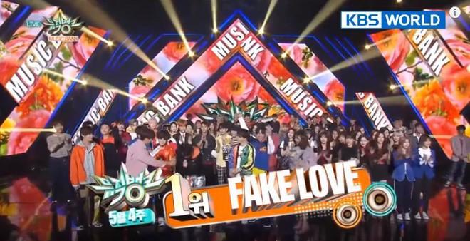 Vừa trở lại sân khấu Hàn Quốc, BTS đã ẵm cúp ngay và luôn - Ảnh 1.