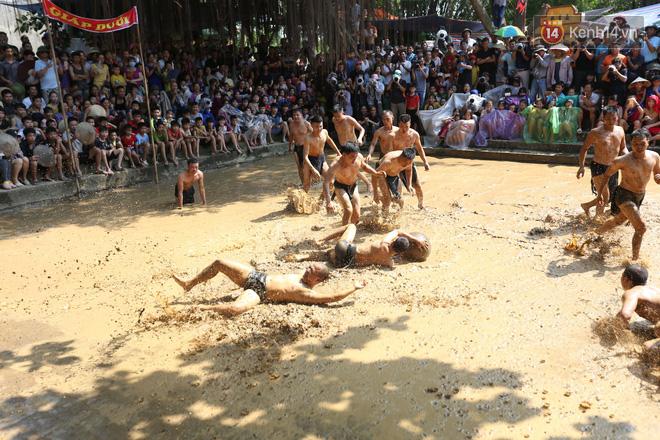 Thanh niên đóng khố, vật lộn trong bùn để tranh quả cầu nặng 20kg trong lễ hội 4 năm mới có một lần ở Bắc Giang 6