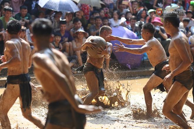 Thanh niên đóng khố, vật lộn trong bùn để tranh quả cầu nặng 20kg trong lễ hội 4 năm mới có một lần ở Bắc Giang 7
