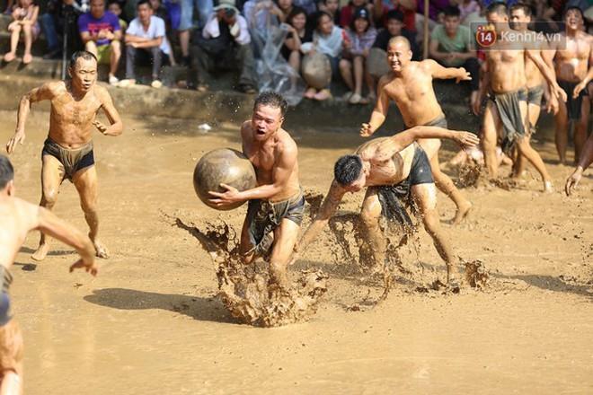 Thanh niên đóng khố, vật lộn trong bùn để tranh quả cầu nặng 20kg trong lễ hội 4 năm mới có một lần ở Bắc Giang 8