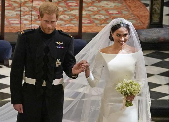 Cặp đôi nhí cosplay đám cưới Hoàng gia chuẩn đến từng bông hoa, nếp áo - Ảnh 2.