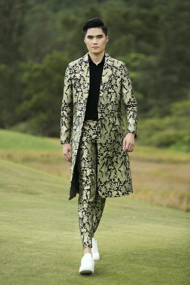 """Đi giày hơn 15cm catwalk trên sân golf, khách mời phải ngả mũ trước dàn mẫu """"đỉnh"""" của NTK Đỗ Mạnh Cường - Ảnh 10."""