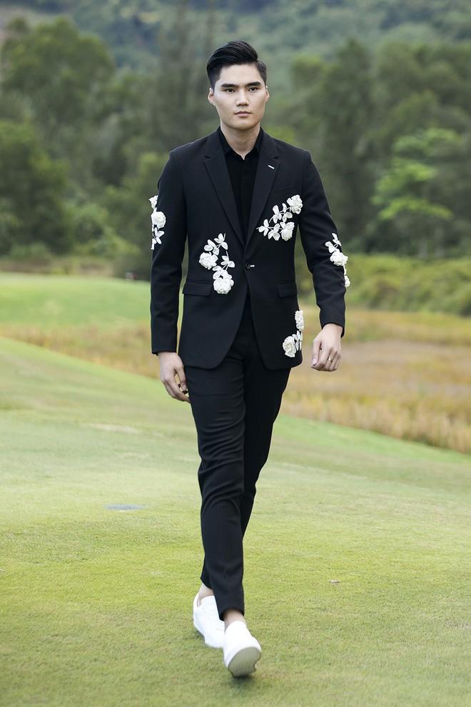 """Đi giày hơn 15cm catwalk trên sân golf, khách mời phải ngả mũ trước dàn mẫu """"đỉnh"""" của NTK Đỗ Mạnh Cường - Ảnh 4."""