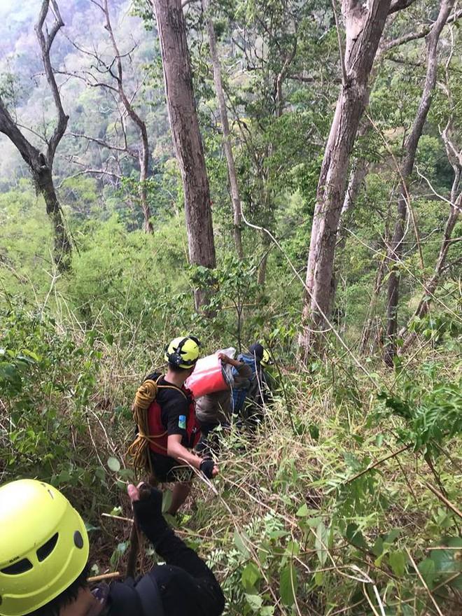 Đoàn cứu hộ kể lại hành trình khốc liệt suốt 3 ngày tìm cách đưa thi thể nam phượt thủ ra khỏi thác Lao Phào để về với gia đình 3