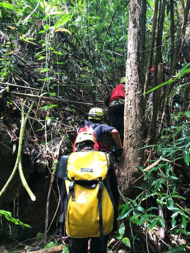 Đoàn cứu hộ kể lại hành trình khốc liệt suốt 3 ngày tìm cách đưa thi thể nam phượt thủ ra khỏi thác Lao Phào để về với gia đình 4