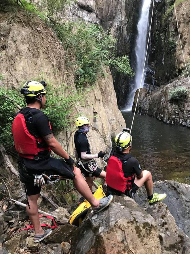 Đoàn cứu hộ kể lại hành trình khốc liệt suốt 3 ngày tìm cách đưa thi thể nam phượt thủ ra khỏi thác Lao Phào để về với gia đình 9