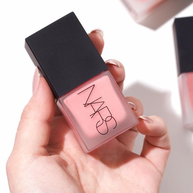 """Cho những nàng """"nghiện"""" makeup: list 15 món mỹ phẩm đáng thử nhất năm của Cosmopolitan, món rẻ nhất chỉ 160k - Ảnh 12."""