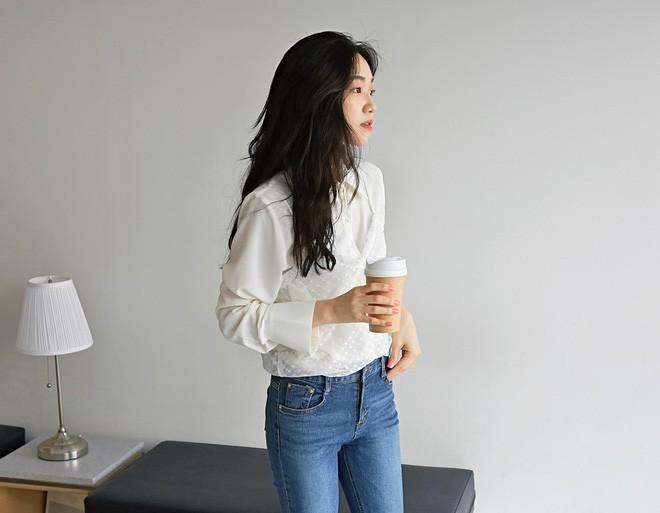Váy/áo hai dây – những items chống chỉ định mặc đến nơi công sở nay đã có cách diện sao cho chỉn chu và thanh lịch - Ảnh 3.