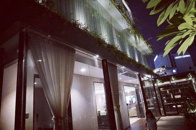 Cận cảnh ngôi nhà trị giá 5 triệu đô ngay giữa trung tâm Sài Gòn của Huyền Baby - Ảnh 1.