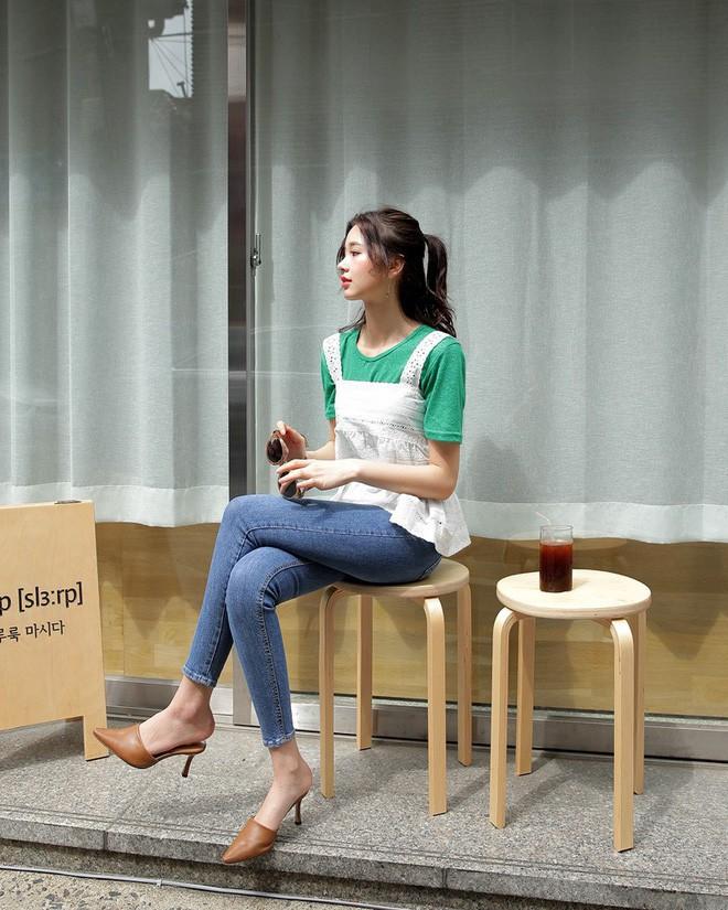 Váy/áo hai dây – những items chống chỉ định mặc đến nơi công sở nay đã có cách diện sao cho chỉn chu và thanh lịch - Ảnh 1.
