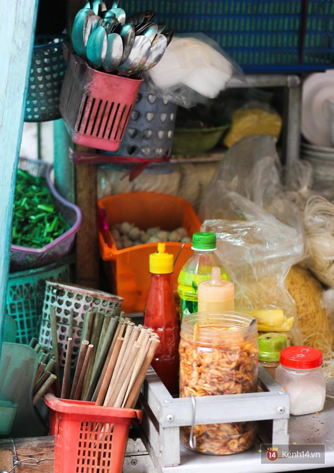 Độc đáo xe mì hủ tiếu gõ phá cách với món da heo xoắn lạ mắt ở Sài Gòn - Ảnh 2.
