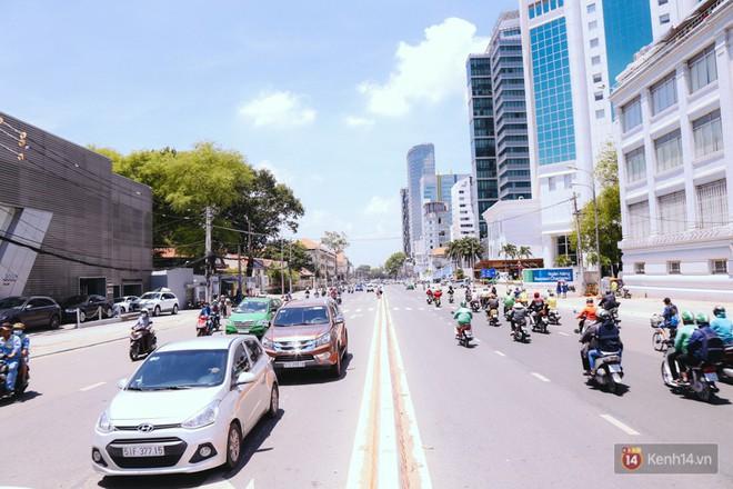 Chùm ảnh: Đường Tôn Đức Thắng trở nên lạ lẫm với người Sài Gòn sau khi hàng cây xanh biến mất hoàn toàn - Ảnh 4.