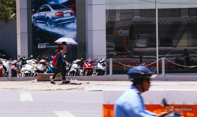 Chùm ảnh: Đường Tôn Đức Thắng trở nên lạ lẫm với người Sài Gòn sau khi hàng cây xanh biến mất hoàn toàn - Ảnh 8.