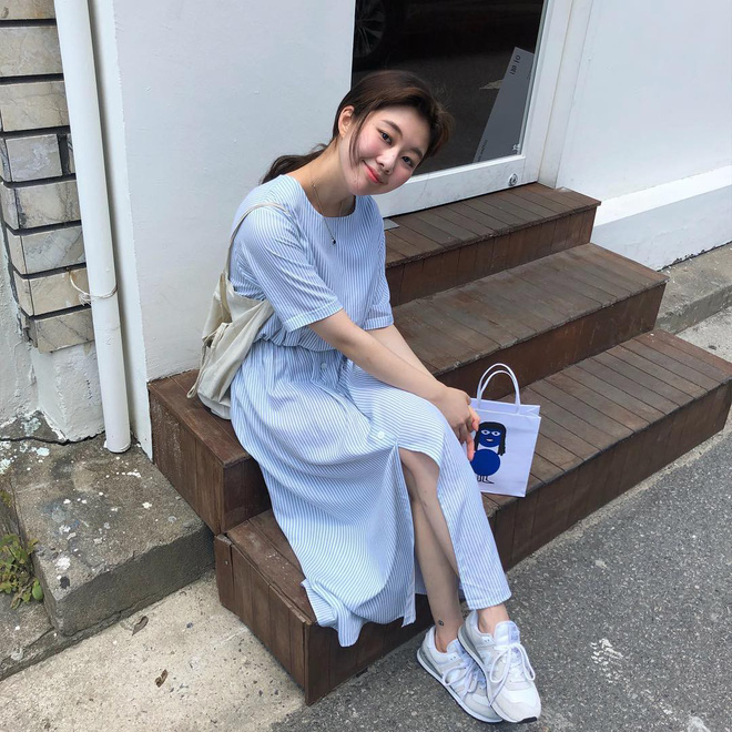 3 kiểu giày dép đang được các cô nàng sành mặc châu Á diện cùng với váy nhiều nhất hè này - Ảnh 1.