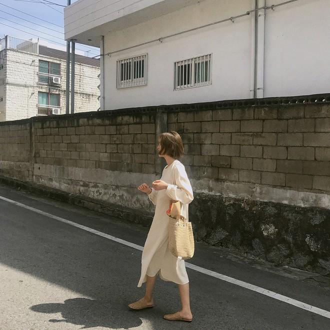 3 kiểu giày dép đang được các cô nàng sành mặc châu Á diện cùng với váy nhiều nhất hè này - Ảnh 2.