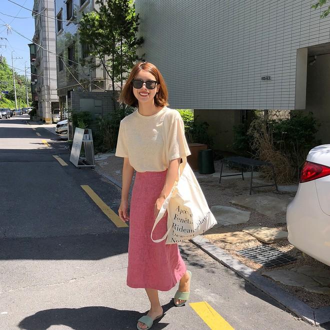 3 kiểu giày dép đang được các cô nàng sành mặc châu Á diện cùng với váy nhiều nhất hè này - Ảnh 3.
