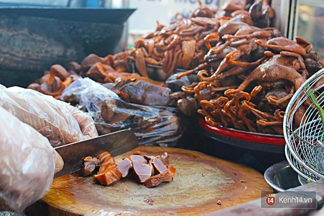 Vịt chiên sả ớt siêu hấp dẫn ở Sài Gòn: chỉ 20k đã có hộp đầy ắp - Ảnh 4.