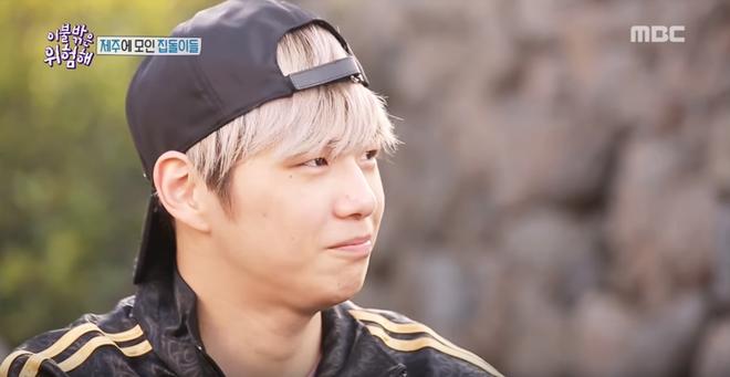 Center Quốc dân Kang Daniel để lộ làn da kém mịn màng khi khoe mặt mộc trên show thực tế - Ảnh 1.