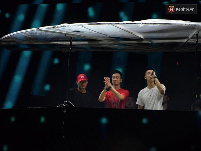 Clip: Fan Avicii nức lòng trước phần trình diễn tưởng nhớ đặc biệt của bộ đôi DJ SlimV & Nimbia - Ảnh 2.