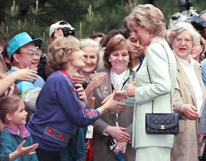 Lý do đằng sau việc Công nương Diana ngừng diện đồ Chanel sẽ khiến người ta càng thương bà nhiều hơn - Ảnh 2.