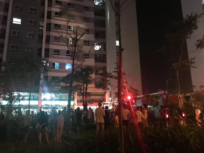 Hà Nội: Cháy căn hộ chung cư vắng chủ, lính cứu hỏa phá cửa - Ảnh 3.