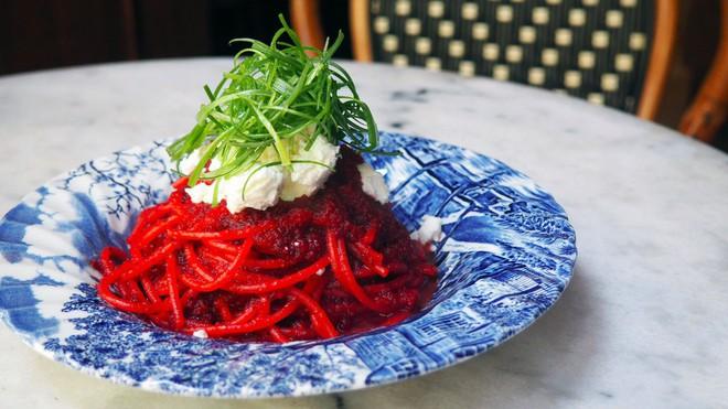 Cứ tưởng chỉ là hình quảng cáo, ai ngờ những sợi mì Ý rực rỡ màu hồng như thế lại là món ăn vô cùng hấp dẫn 8