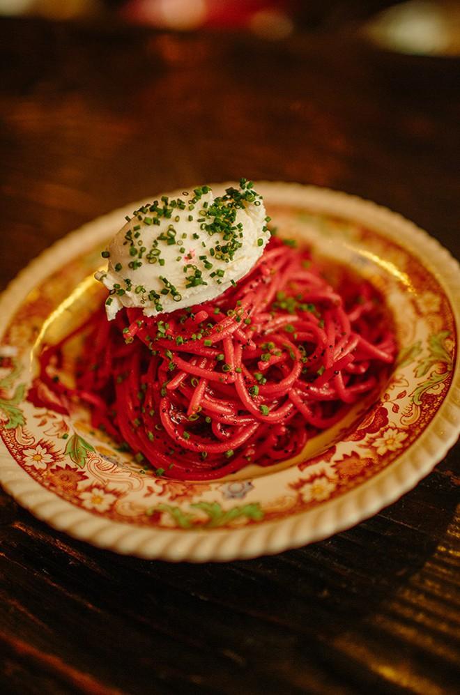 Cứ tưởng chỉ là hình quảng cáo, ai ngờ những sợi mì Ý rực rỡ màu hồng như thế lại là món ăn vô cùng hấp dẫn 7