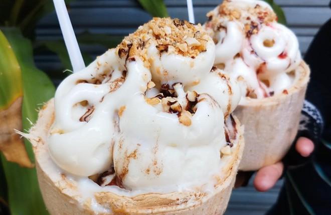 """Những món tráng miệng từ dừa đang """"khuấy đảo"""" hè này tại Sài Gòn - Ảnh 1."""