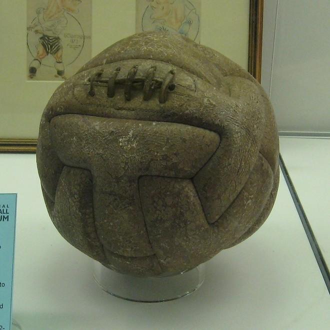 """Đây là những quả bóng được dùng trong lịch sử World Cup, xem """"muốn xỉu"""" vì quả bóng đầu tiên - Ảnh 1."""