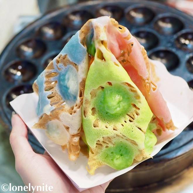 Món bánh gì của Thái Lan mà trông cứ như một ngọn tháp đầy màu sắc thế kia? - Ảnh 2.