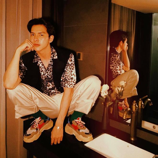 Nam chính trong MV mới của Hoàng Yến Chibi: Vừa đẹp trai, cao ráo như người mẫu lại còn cực tài năng - Ảnh 9.