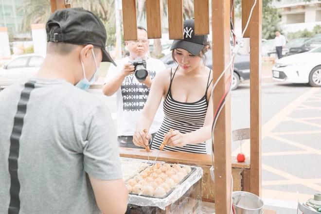 Cô chủ tiệm takoyaki khiến khách hàng xếp kín vỉa hè chờ mua bánh vì quá xinh và sexy - Ảnh 2.