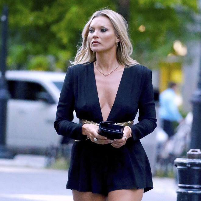 """NTK của Dolce&Gabbana tỏ ý chê Kate Moss mặc xấu, giới mộ điệu lập tức chỉ trích: """"GATO""""! - Ảnh 1."""