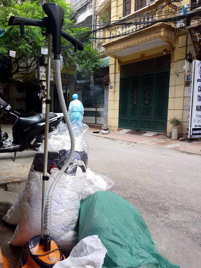 Hà Nội: Phát hiện thi thể người đàn ông bốc mùi nồng nặc trong ngôi nhà 3 tầng trên phố Nguyễn Phúc Lai - Ảnh 3.