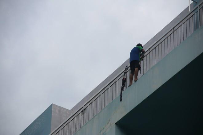 Hơn 5 giờ giải cứu nam thanh niên thất tình đòi nhảy lầu bệnh viện ở Sài Gòn - Ảnh 1.