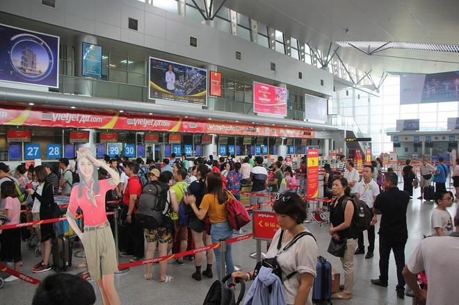Ném điện thoại vào mặt khiến nữ nhân viên hàng không rách mí mắt, hành khách bị cấm bay 1 năm - Ảnh 1.