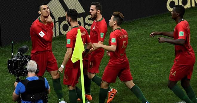 Ngộ nghĩnh khoảnh khắc Ronaldo vuốt râu ăn mừng: Đây là chiến thư CR7 gửi tới Messi? - Ảnh 2.