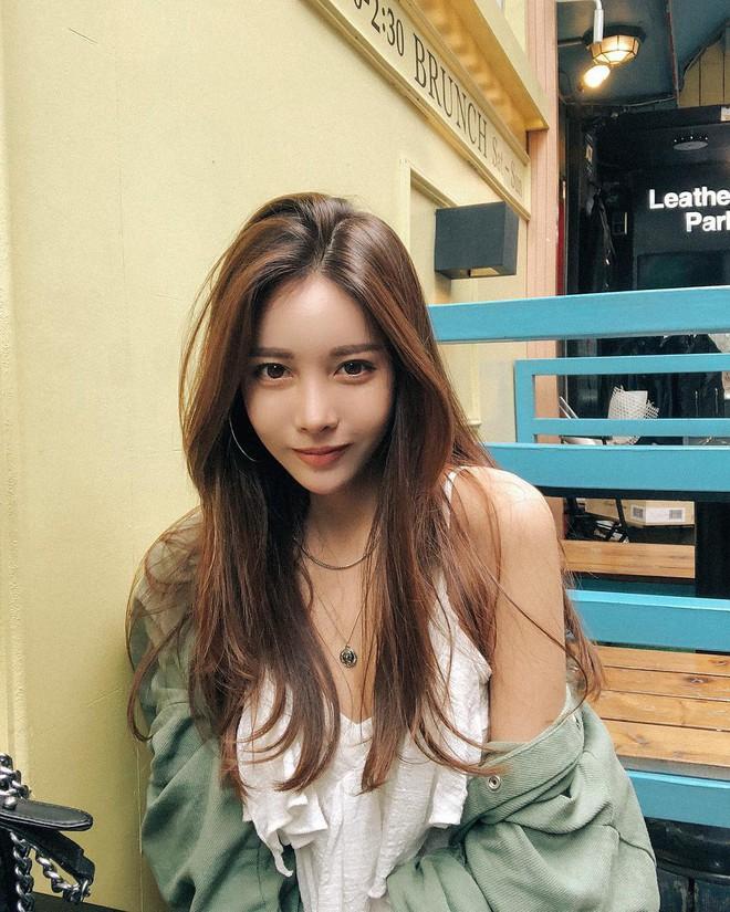 Diện chán các màu tóc tẩy thời thượng, con gái châu Á đang đồng loạt quay lại với tóc nâu hè này - Ảnh 1.